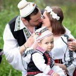 romanian-family-costume